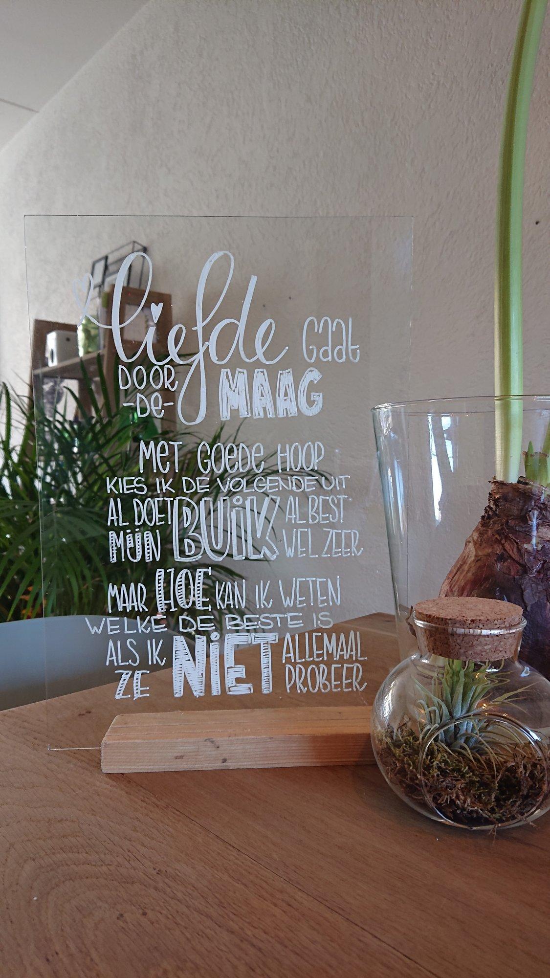 Gedichten letteren op een glasplaatje!